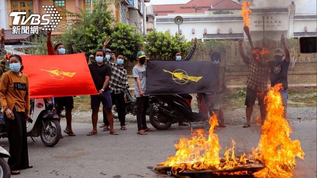 抗議民眾在緬甸軍政府領導人生日當天焚燒旗幟。(圖/達志影像路透社) 美記者返國憶在緬遭押慘況 緬籍同事獄中遭施虐仍未釋放