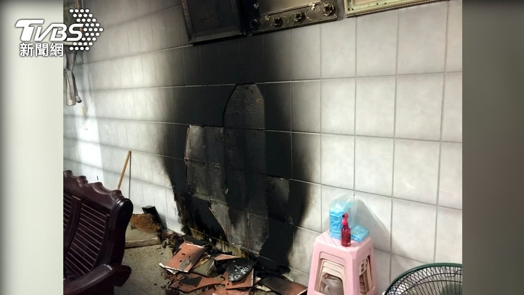 朴子一處民宅的沙發座墊突起火燃燒。(圖/中央社) 嘉義朴子民宅深夜火警 救出受困2人送醫4人