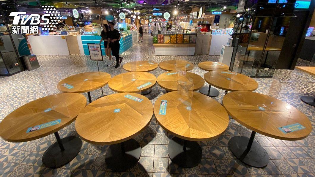 百貨美食街將不開放使用的桌子擱置在同一區域。(圖/中央社) 陳時中:還沒決定解封 將調整行業別管制措施