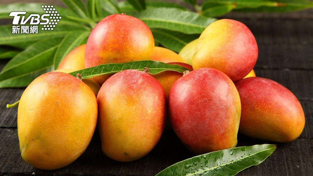 許多人在夏天不小心吃過多的芒果,導致皮膚過敏、紅腫。(示意圖/shutterstock達志影像) 芒果吃太多皮膚易過敏又冒痘!僅2步驟輕鬆解決