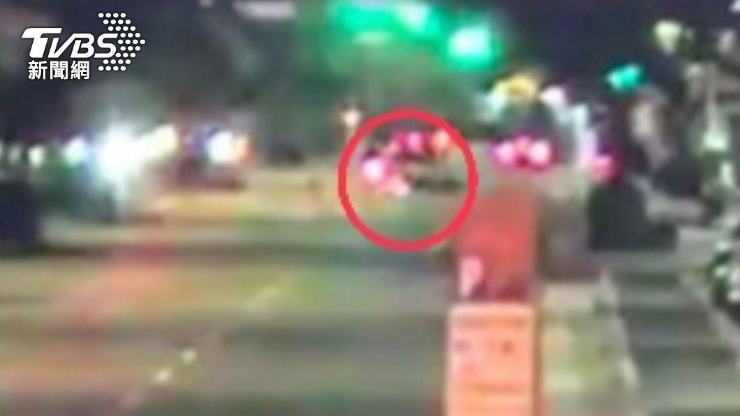 撞擊後機車倒地。(圖/TVBS) 穿越馬路遭機車撞!六旬婦傷重亡 騎士連人帶車彈飛