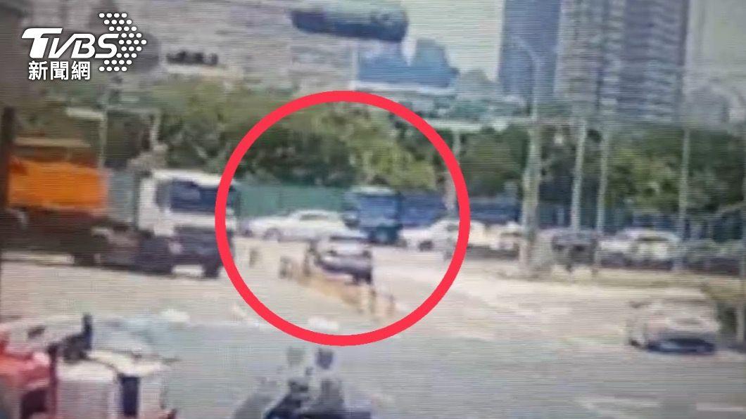 貨車追撞特斯拉。(圖/TVBS) 特斯拉路口停等紅燈被追撞!遭貨車推行30米 車尾全毀
