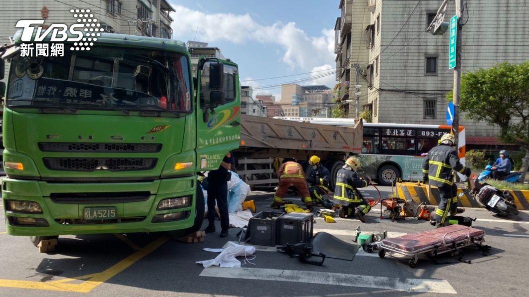 機車和迴轉砂石車發生車禍。(圖/TVBS) 女銀行員上班途中擦撞砂石車 捲卡車底無生命徵象