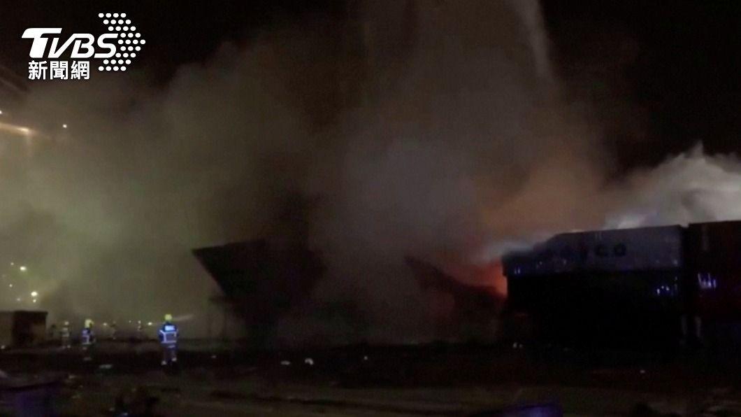 杜拜傑貝阿里港7日晚間傳出貨櫃爆炸,現場煙霧瀰漫。(圖/達志影像路透社) 中東最大轉運港傳貨櫃爆炸 官員稱「普通意外」無人傷亡