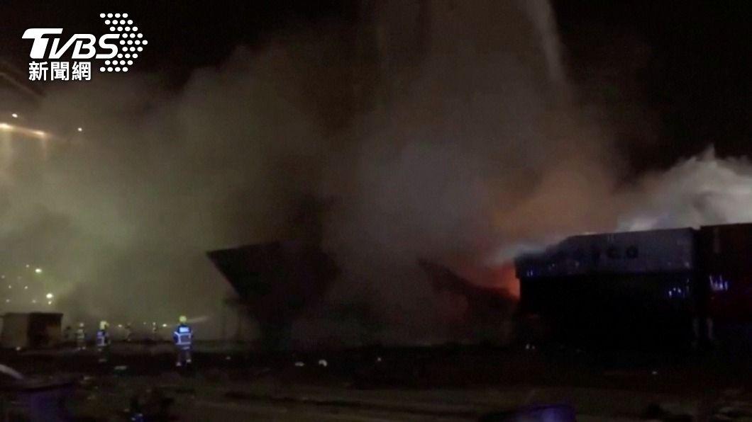 (圖/達志影像路透社) 大火球衝天!杜拜最大港貨櫃船爆炸 15公里外有感