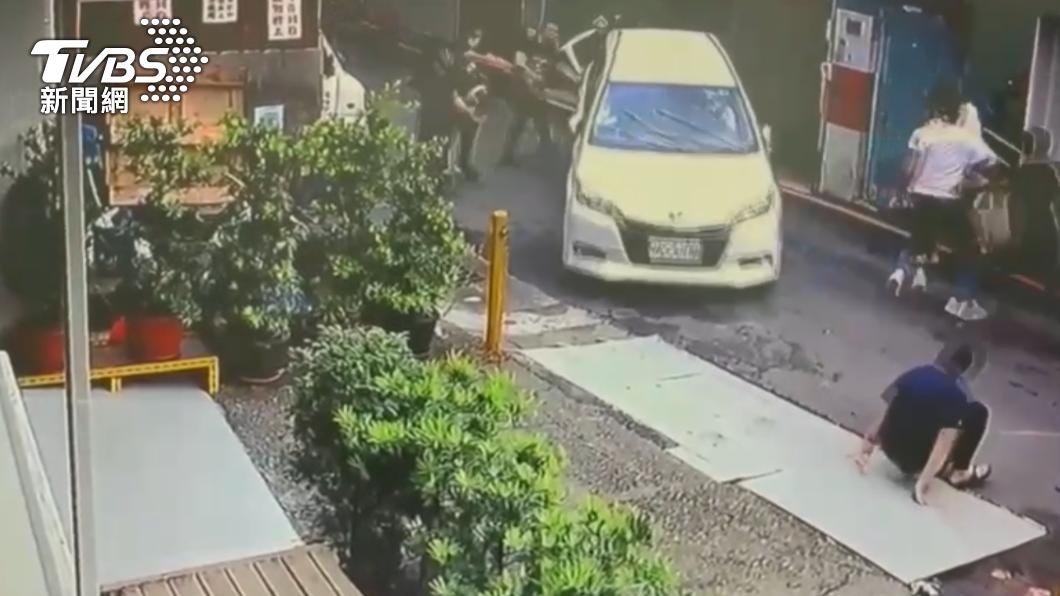 上個月24日新店發生一起砸車擄人案。(圖/TVBS) 新店當街砸車擄人 警掃蕩逮竹聯幫9惡嫌