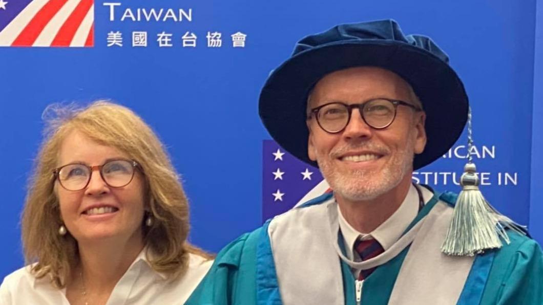 AIT台北辦事處長酈英傑與其夫人。(圖/翻攝自美國在台協會 AIT臉書) 任期屆滿將離台 酈英傑感性千字道別:台灣不會離開我