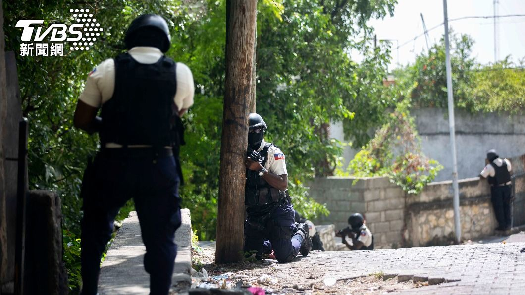 海地警方在街上仔細搜索嫌疑犯身影。(圖/達志影像美聯社) 「我們需要幫助」海地政府求美方駐兵協防 美:暫無計劃