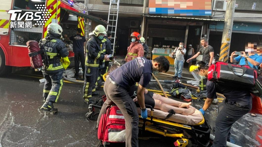 台中市太平區清晨發生火警。(圖/中央社) 台中住宅火警 消防架梯搶救屋內9人驚險逃生