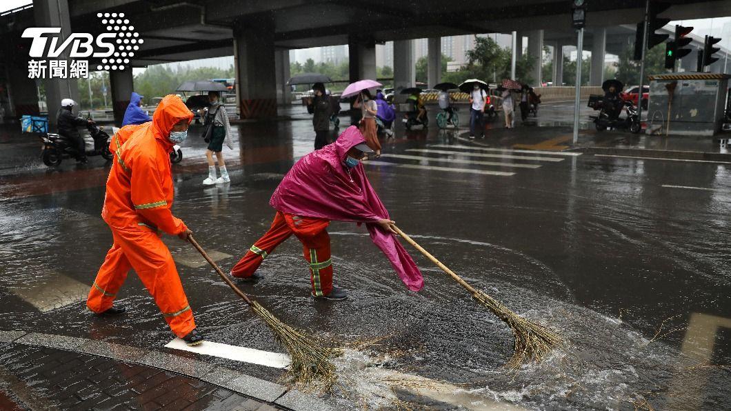 (圖/達志影像路透社) 暴雨轟炸 北京取消數百航班、河北民眾抱樹自救