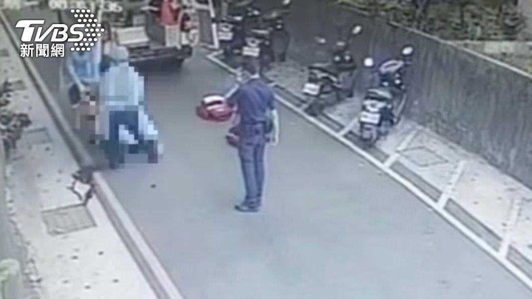 犯嫌從鐵皮屋頂墜落地面。(圖/TVBS) 「我想上廁所!」縱火嫌犯趁機跳窗逃 後腦著地重傷亡