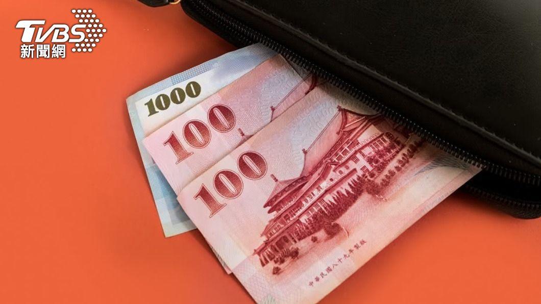 人力銀行yes123求職網調查,和去年相比預估今年肺炎疫情對台灣經濟的衝擊,結果有63.3%的勞工認為今年衝擊比較大。(圖/TVBS) 疫情「薪」酸 調查:78%勞工減薪、4成企業今年不加薪