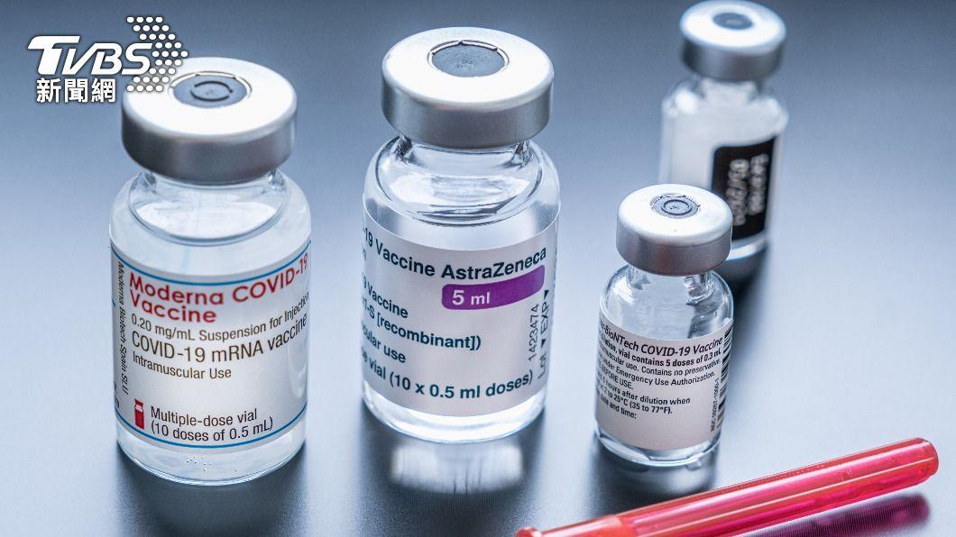 中央今(25)日同意,第一至三類人員先行AZ+mRNA疫苗混打。(示意圖/shutterstock達志影像) 中央開放第一至三類人員混打疫苗 接種對象報你知