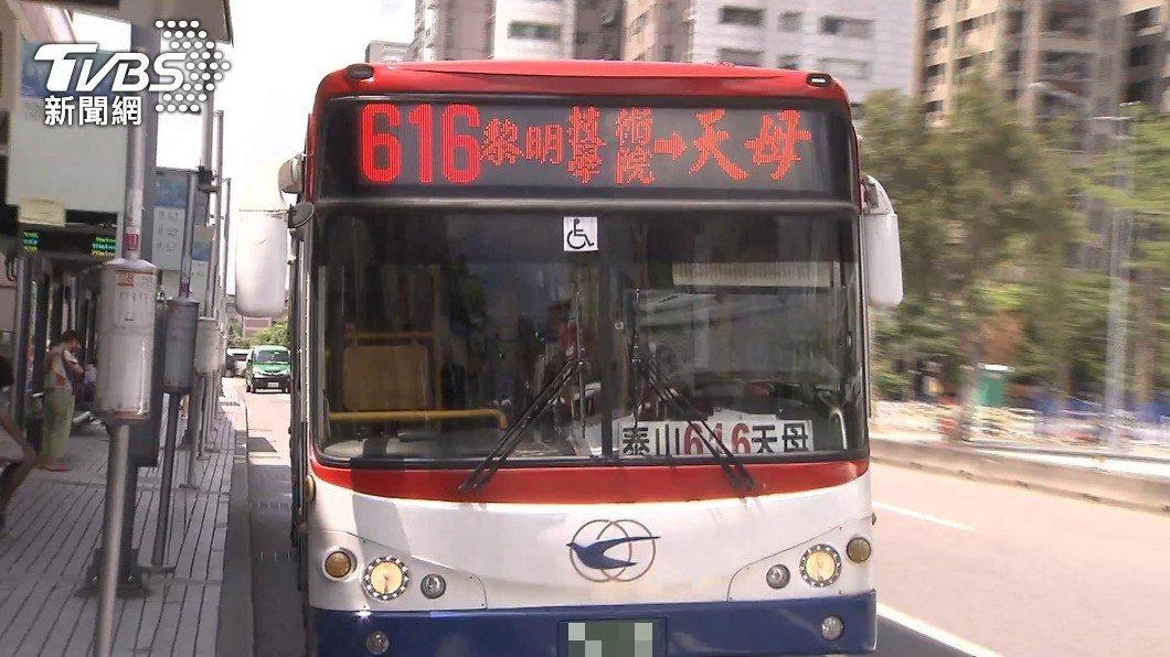 616路公車一名駕駛染疫。(示意圖/TVBS) 公車司機確診!醫籲牢記5關鍵:通勤族當心病毒藏這裡