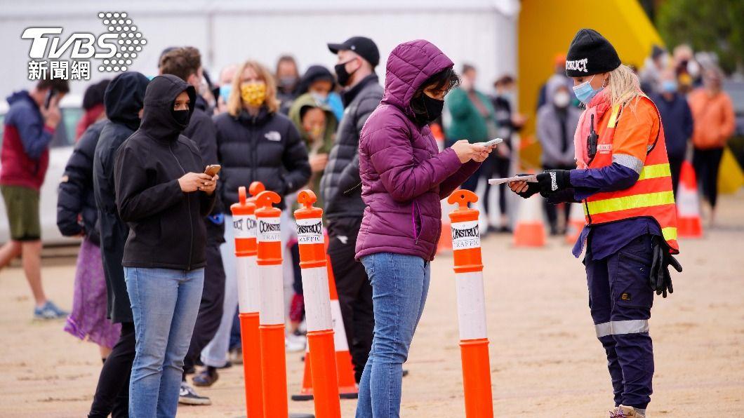 墨爾本篩檢站外出現排隊人潮。(圖/達志影像路透社) 澳洲疫情疑擴散 傳墨爾本今晚將實施第5度封城