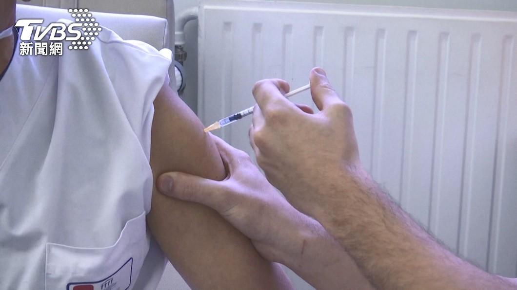 許多民眾打完疫苗後出現副作用。(圖/TVBS) 男打莫德納頭劇痛 連吞止痛藥「無效」網急喊:別吃這款