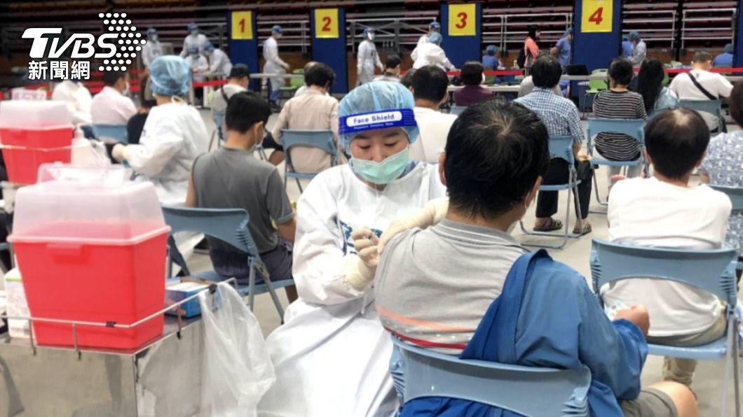 國內已開放新冠疫苗接種。(示意圖/TVBS) 員工打首劑疫苗送1千!網喊羨慕:別人公司從不讓人失望