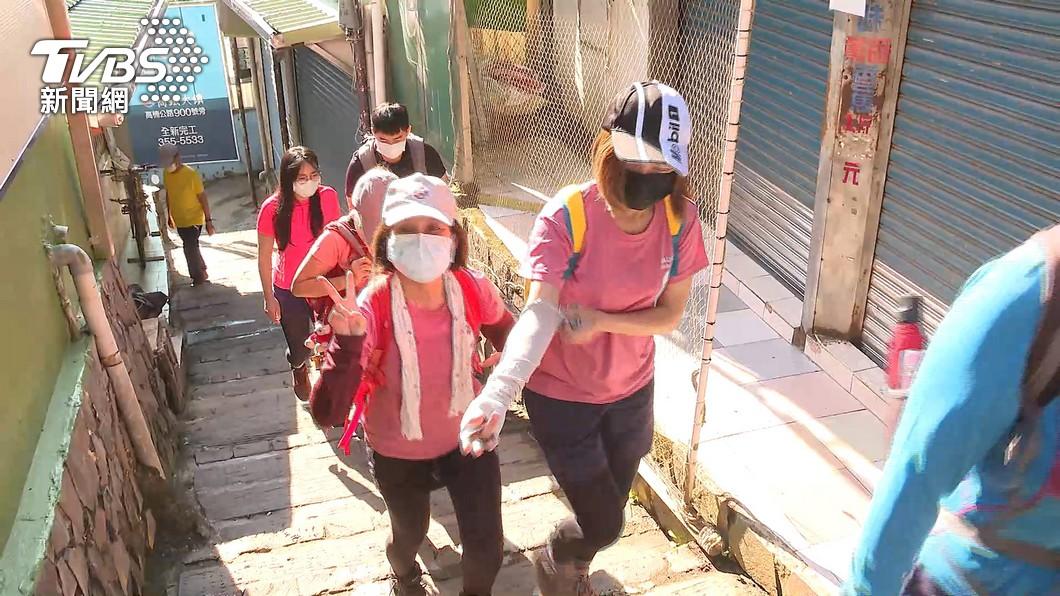 民眾在外面爬山必須戴口罩。(圖/TVBS) 降二級可內用「戶外卻強制口罩」 網轟爆:沒資格叫降級
