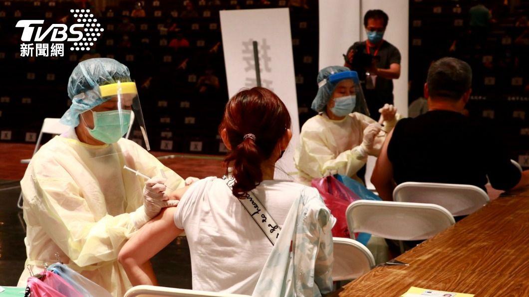 各縣市近日積極展開疫苗施打作業。(示意圖,非當事人/高雄市政府提供) 高雄拿碼表計時「催促打疫苗」 美女醫嘆:傷醫護感情
