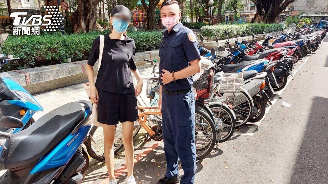林姓女子特地到派出所向員警致謝。(圖/TVBS) 懶得去買就用偷的!賊偷7千元單車換零件 警逐戶查訪抓人