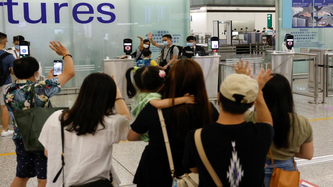 圖/達志影像路透 英國BNO特許今到期 港人搶移民機場離情依依