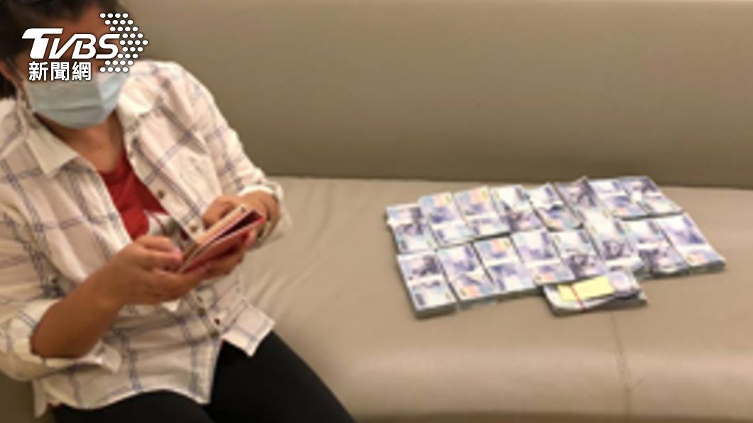 車手到婦人家中取款。(圖/TVBS) 「誠實男、好心男」網路交友愛情詐騙 2女損失1千5百萬