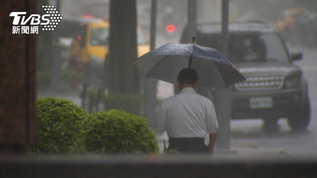 中颱「烟花」來勢洶洶,許多人關注是否放颱風假。(圖/TVBS) 颱風天不放假改「居家上班」可嗎?勞動部:要勞工同意