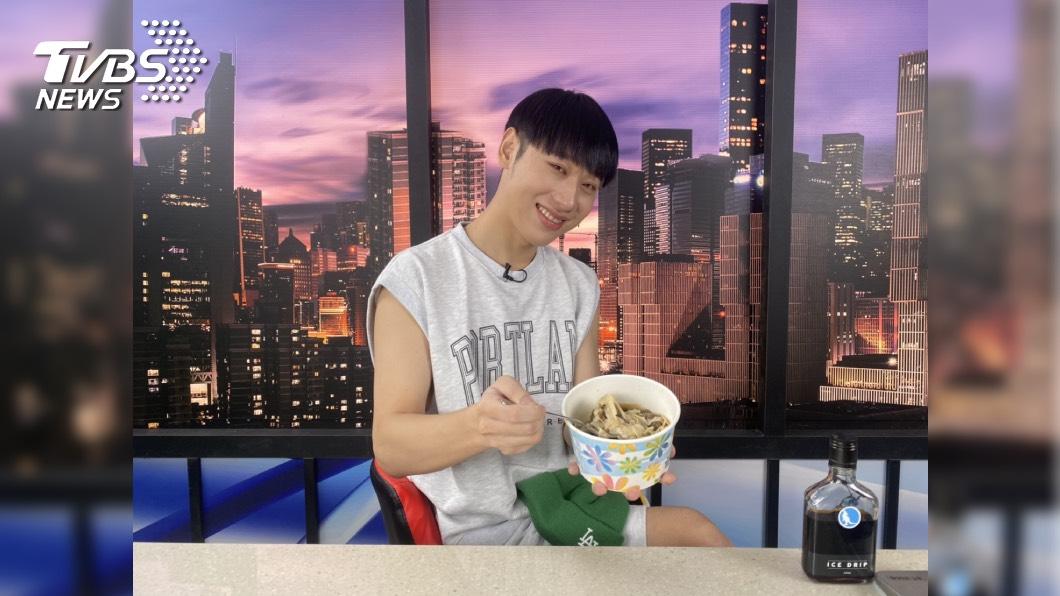 陳零九休養中,小賴獨挑大樑主持《食尚》。圖/TVBS 小賴獨挑大樑主持《食尚》 親揭PCR篩檢過程