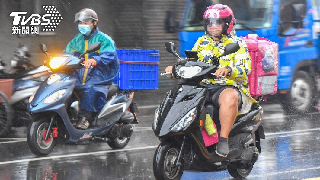(圖/中央社) 颱風烟花外圍環流漸影響 北台灣下半天轉有雨
