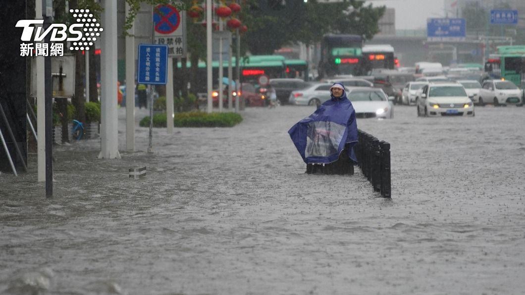 大陸鄭州暴雨淹水。(圖/達志影像路透社) 大陸鄭州暴雨成災 水入地鐵釀12死5傷一級防汛