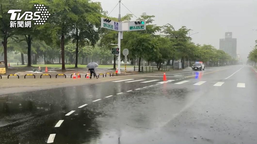 烟花颱風路徑北移。(圖/TVBS資料畫面) 怪颱烟花再變強!「最新路徑」曝光 北台灣當心!