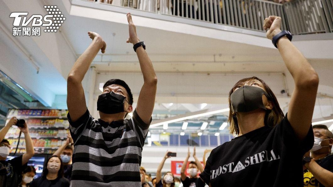 香港蘋果日報副社長陳沛敏(右二)、執行總編輯林文宗(左)向同事致意。(圖/達志影像路透社) 前《蘋果日報》執行總編輯涉違國安法 林文宗遭警拘捕
