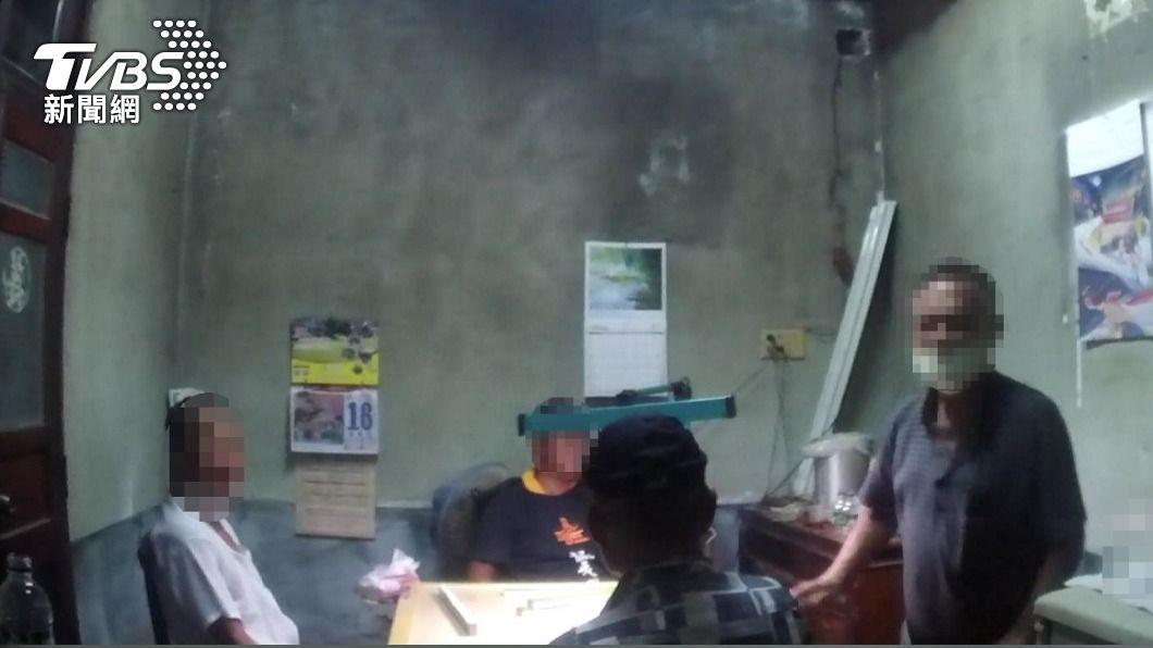 路竹男打疫苗後群聚打牌遭罰。(圖/TVBS) 以為打疫苗後百毒不侵 男邀友人打麻將遭鄰居檢舉
