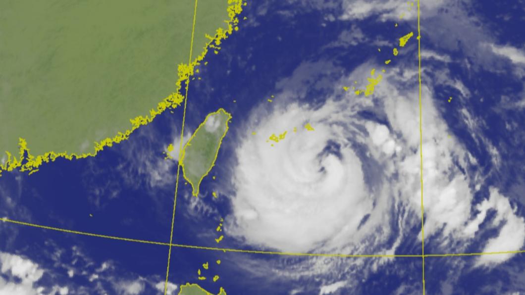 烟花緩步逼近台灣中。(圖/中央氣象局) 烟花挾豪雨掠北台灣!這時間影響最劇 4天風雨時程曝