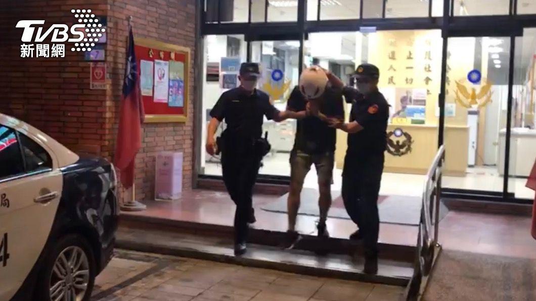 捷運偷拍男遭警方逮補。(圖/TVBS) 大坪林捷運站「攝狼」抓到了!手機、電腦藏百張偷拍影像