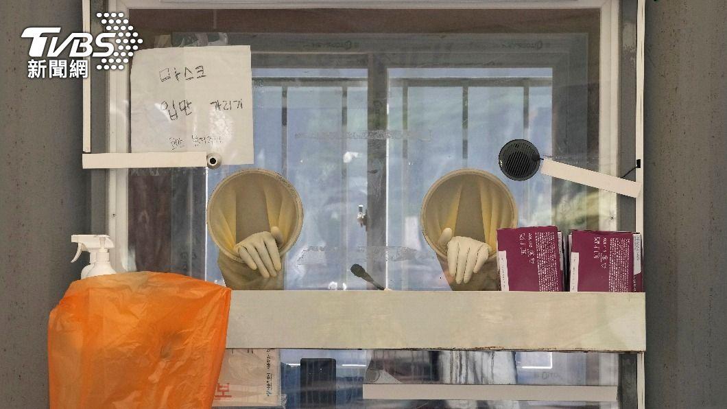 因疫情升溫,南韓篩檢站湧現人潮,醫護人員累癱。(圖/達志影像美聯社) 接種疫苗照染Delta! 南韓單日確診破1800例