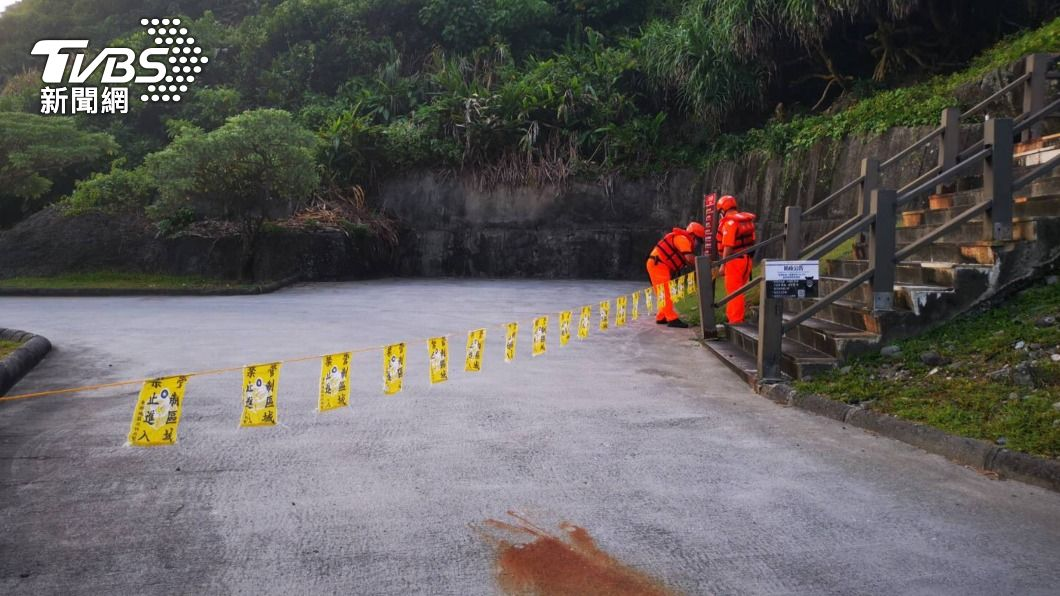 警戒區拉設封鎖線。(圖/中央社) 烟花颱風逼近東部風浪增 海巡拉封鎖線勸離民眾