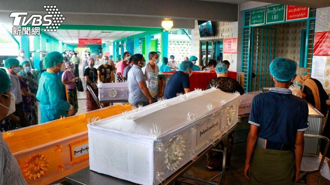 當地火葬場門口有大量待處理棺木。(圖/達志影像美聯社) 不顧疫情失控!緬甸軍政府裝病抓醫護 醫療體系崩潰