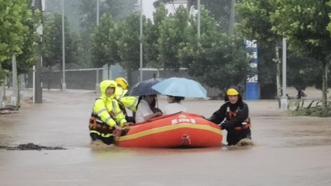 大陸河南近日受到暴雨導致洪災。(圖/翻攝自郑州消防微博) 河南暴雨33死 苦苓喊話台人「免捐款」:又沒給台灣疫苗