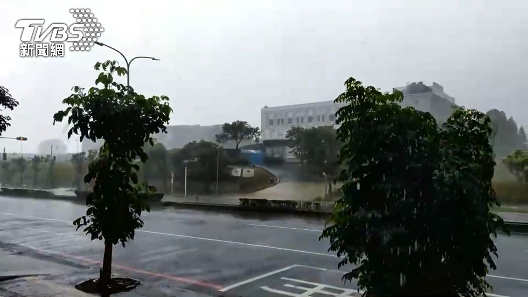 明日西南風逐漸增強。(示意圖/TVBS資料畫面) 全台濕漉漉!雨彈連炸7天 週末起慎防致災大雨