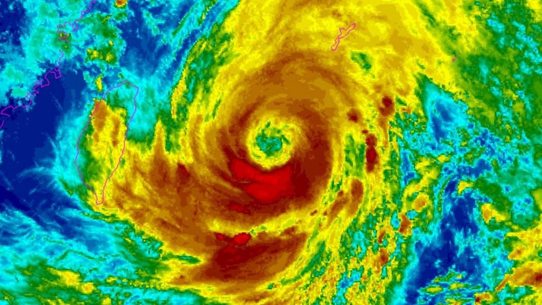 氣象局表示,烟花強度有稍增強且暴風圈有稍擴大的趨勢。(圖/翻攝自NOAA官網) 烟花恐暴風圈擴大!「這9縣市注意」大眼颱邊緣逼台陸地