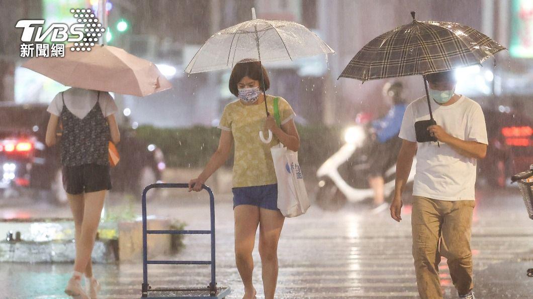 受西南風影響,苗栗以南有局部短暫陣雨或雷雨。(圖/中央社) 全台各地飆高溫 苗栗以南有局部陣雨或雷雨