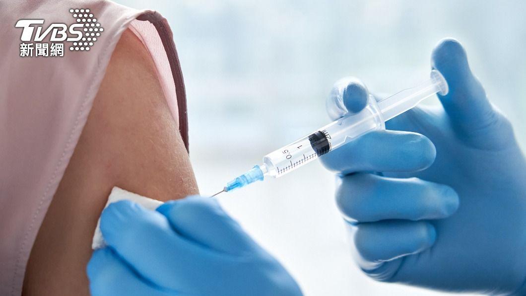 疾管署官網今天公布,BNT疫苗開放12歲以上接種。(示意圖/Shutterstock達志影像) 學生不再是疫苗難民!疾管署:BNT開放12歲以上接種