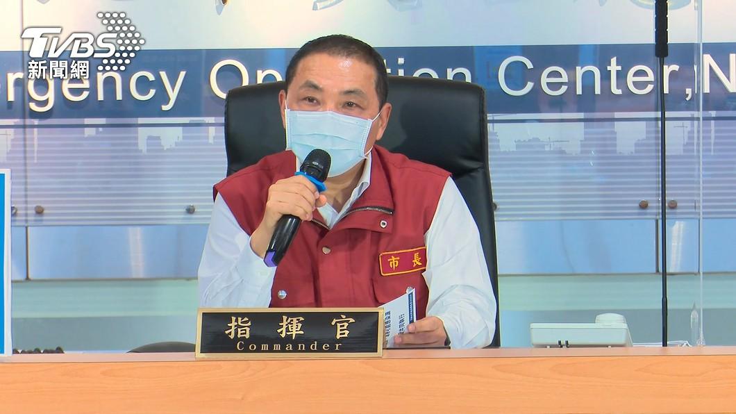 新北市長侯友宜針對今日中央公布降二級措施進行說明。(圖/TVBS) 降二級!侯友宜開第一槍「逆時中」:餐飲內用不開放