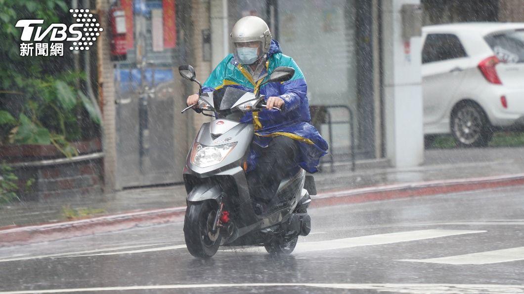(圖/中央社) 颱風烟花外圍雲系影響 北台灣有局部豪雨大雨