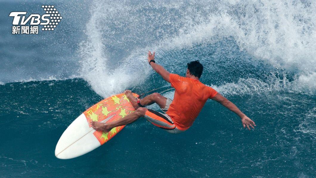 二級警戒下,衝浪、潛水都開放,但前提是「上岸要戴口罩」,指引一出遭網友罵翻。(圖/Shutterstock達志影像) 潛水、衝浪開放了!上岸須「戴口罩」 網轟:腦袋破洞