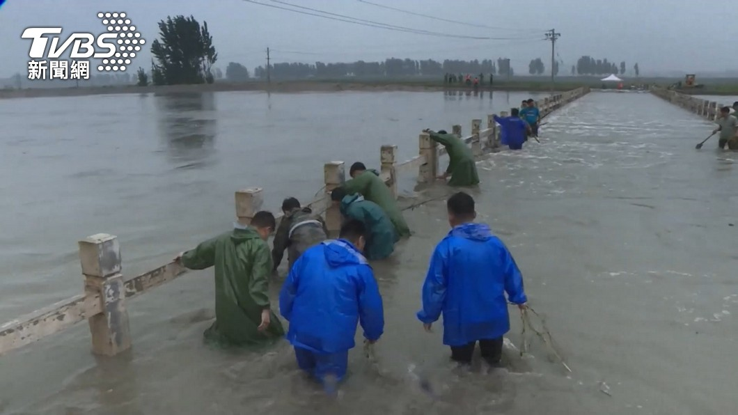 中國大陸河南省遭受暴雨襲擊。(圖/TVBS) 河南洪患「習近平卻赴西藏」 他:14億人誰敢吭一聲?