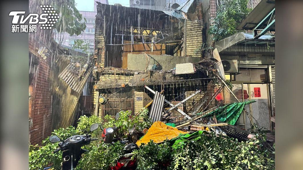 烟花颱風強降雨導致老屋磚牆倒塌。(圖/TVBS) 風強雨大!老屋磚牆倒塌 毀民宅砸6機車