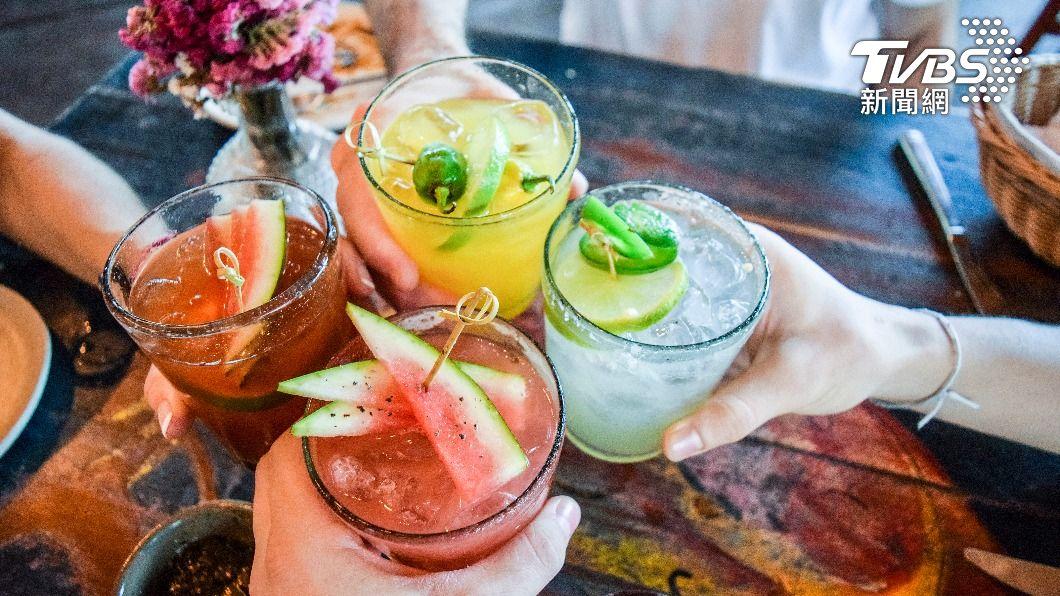 炎熱夏季來臨,飲料是消暑必配的武器之一。(示意圖/shutterstock達志影像) 加水果較健康?飲料控當心 選錯品項「越喝越胖」