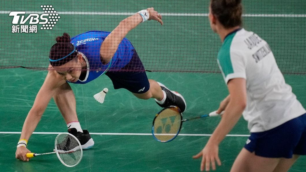 戴資穎貼地反擊吊球。(圖/達志影像美聯社) 神乎其技!小戴網拍貼地反擊吊球 網驚呼:太扯了!